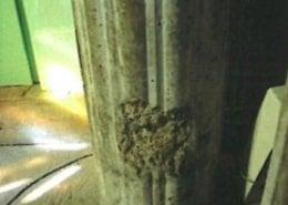 Eclatement du béton au pied d'un pilier à l'entrée