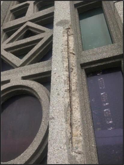 En façade sur rue, fers apparents suite à éclatement du béton