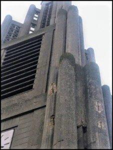 Le clocher en mauvais état : éclatement du béton, corrosion des fers etc..