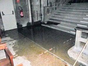 Inondation suite à perte d'étanchéité des vitraux de la paroi sud
